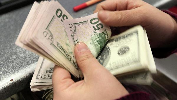 Средневзвешенный курс доллара упал на 1,02 рубля