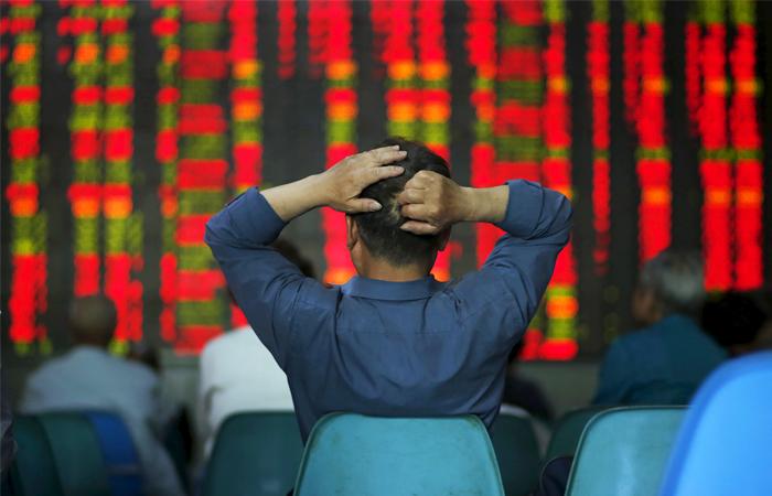 Рынок акций Китая во вторник обвалился на 6,1%
