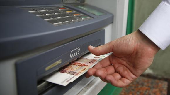 Россияне стали меньше снимать наличных в банкоматах