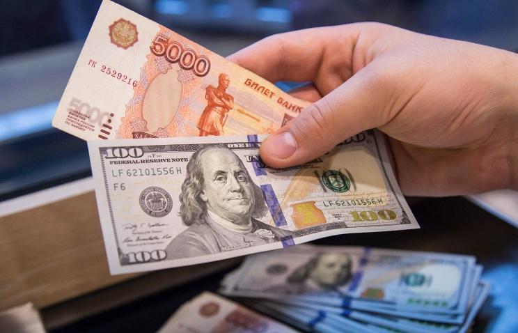Доллар превысил 69 рублей, евро — 77 рублей