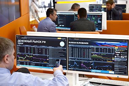 Доллар упал ниже 62 рублей впервые с июля