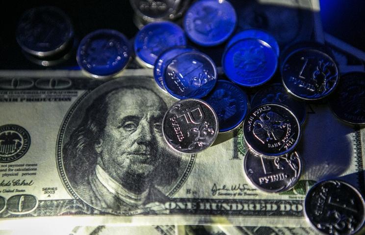 Курс доллара упал ниже 75 рублей, евро ниже 82 рублей