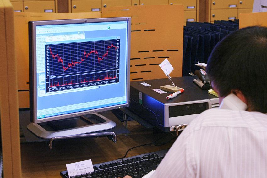 Курс евро опустится в район 75 рублей и сравняется с долларом