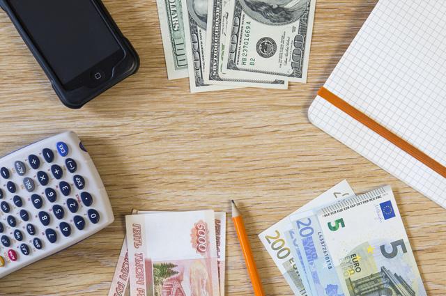Рубли, доллары или евро? Что брать и куда?