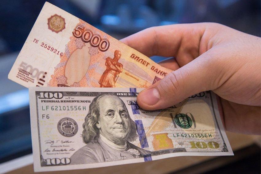 Экономисты оценили вероятность роста доллара до 85 рублей