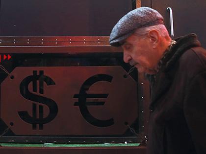 Биржевой курс евро опустился ниже 63 рублей впервые за полтора года