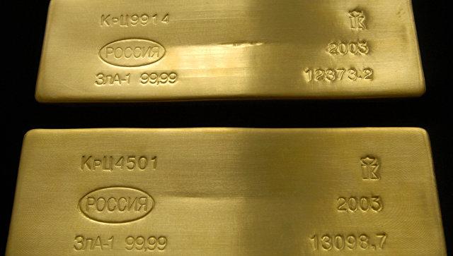 Цена золота снижается на удорожании доллара к мировым валютам