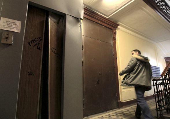 Жителям сотен многоэтажек в Заполярье придется подниматься в свои квартиры по лестнице пешком