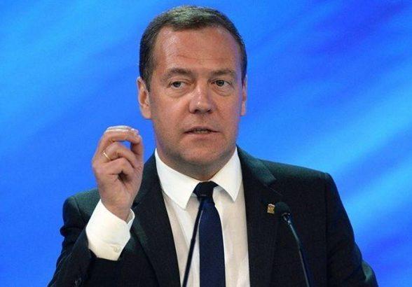 Медведев считает необходимым контролировать реализацию закона о пенсиях