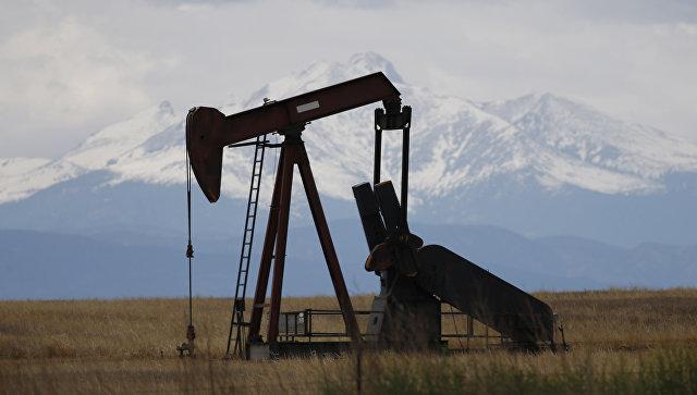 Цены на нефть снижаются на опасениях из-за роста запасов в США