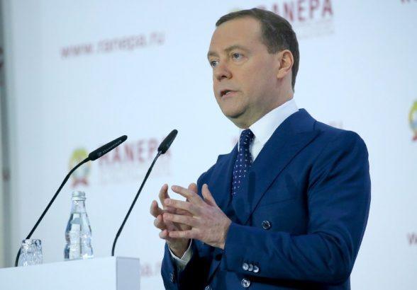 Медведев решил упростить жизнь бизнеса с помощью «регуляторной гильотины»