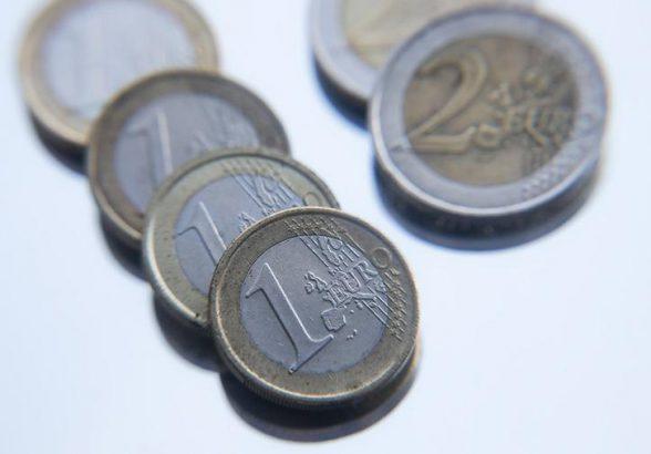 Курс евро опустился ниже 70 рублей впервые за год