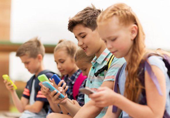 Роспотребнадзор предложил ограничить использование мобильных телефонов в школах