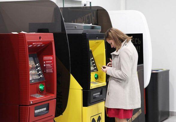 Количество банкоматов в России начало расти