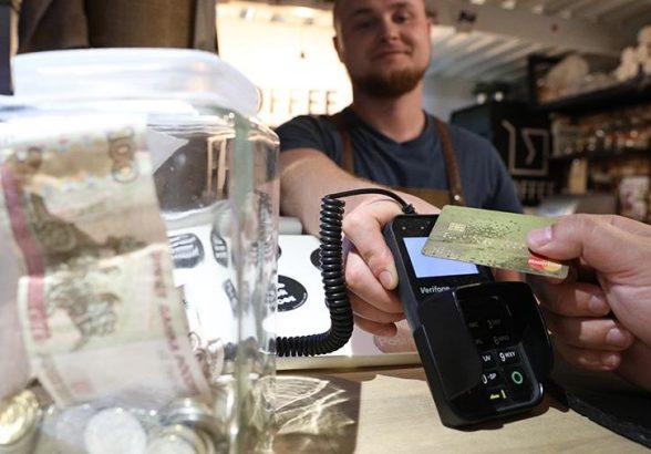 Каждый пятый россиян рассказал о ежедневном использовании кредитки