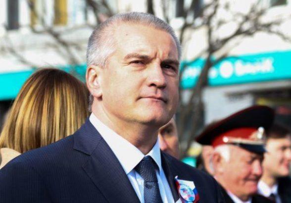 Аксенов отказался «здороваться ногами» из-за коронавируса