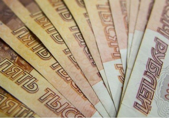 Рубль завершил основную валютную сессию заметным ослаблением