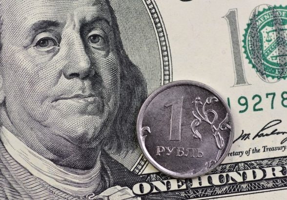 Рубль отложил наступление на доллар до сентября