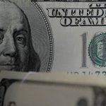 Эксперт дал рекомендации россиянам об оптимальном времени купли-продажи доллара